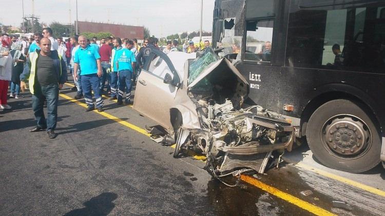 Metrobüs yolunda kaza, seferler durdu 6