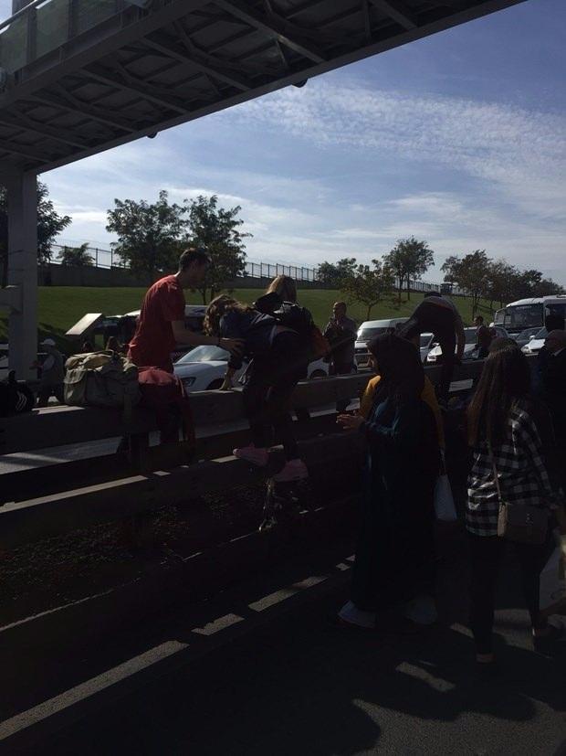 Metrobüs yolunda kaza, seferler durdu 7