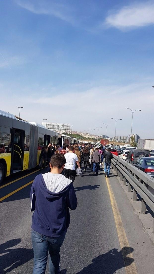 Metrobüs yolunda kaza, seferler durdu 8