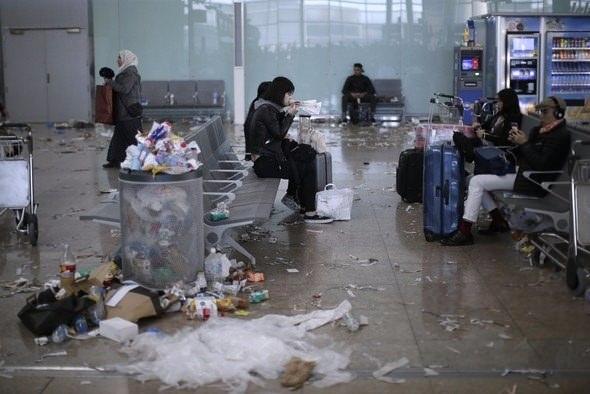 Turistik havalimanında şok! Çöpten yürünmüyor 1