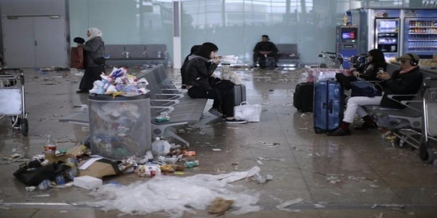 Turistik havalimanında şok! Çöpten yürünmüyor