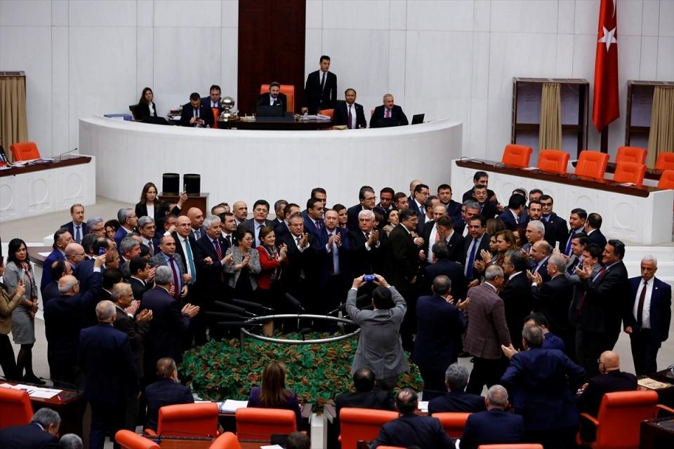 Meclis'te yaşanan kavganın fotoğrafları 1