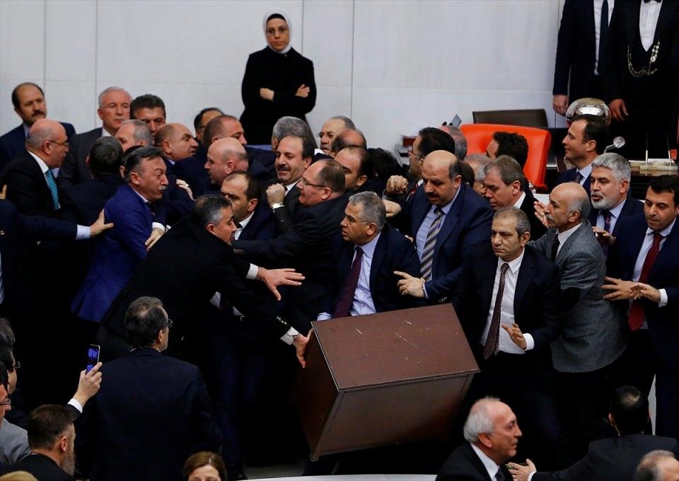 Meclis'te yaşanan kavganın fotoğrafları 10