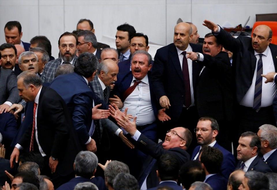 Meclis'te yaşanan kavganın fotoğrafları 9