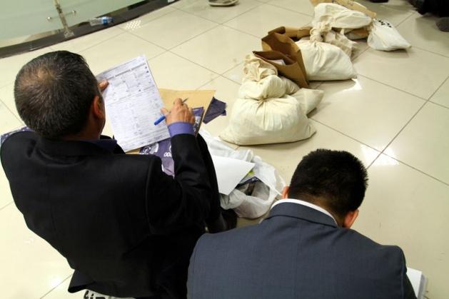 Sandık görevlileri oy çuvallarının üzerinde uyudu 1