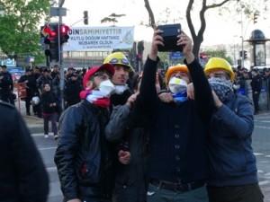 İşçiler polislerle selfie çekildi