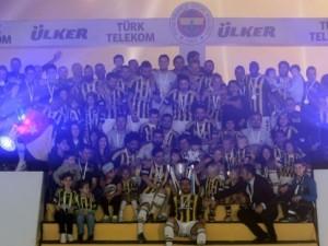 Şampiyon Fenerbahçe kupasını aldı!