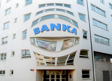 Biri öğretmen ve bir veli bankada mahsur kaldı