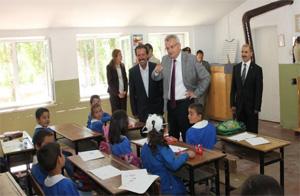 Vali, köy okullarını kurumlara zimmetledi