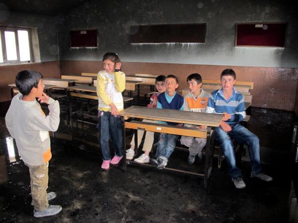 Köyün okulunu yaktılar