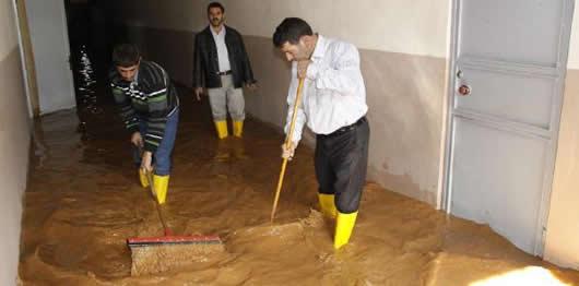 Okulu yağmur suyu bastı