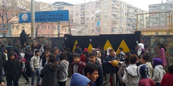Karne dağıtımında patlama: 5 öğrenci yaralandı