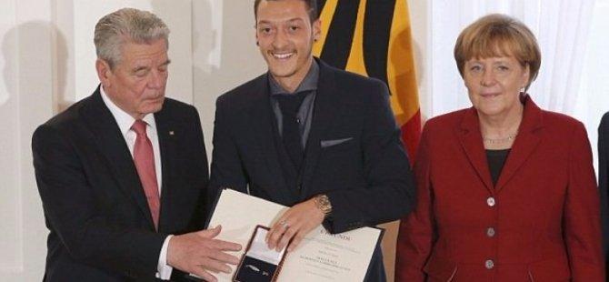Mesut'un umre fotoğraflarına Merkel yorumu