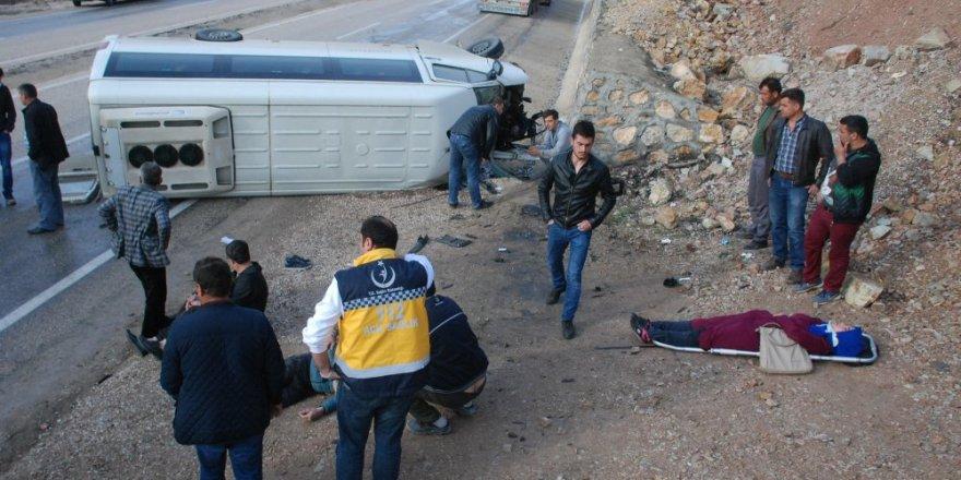Öğrenci servisi devrildi: 16 yaralı
