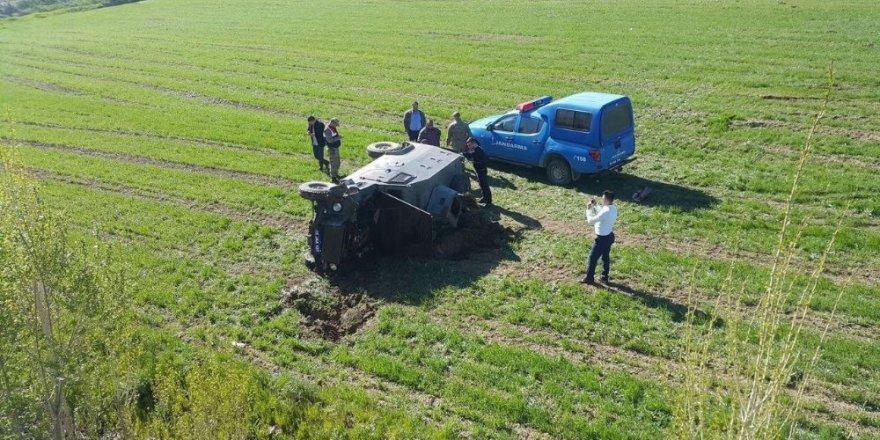 Askeri araç şarampole devrildi: 3 yaralı