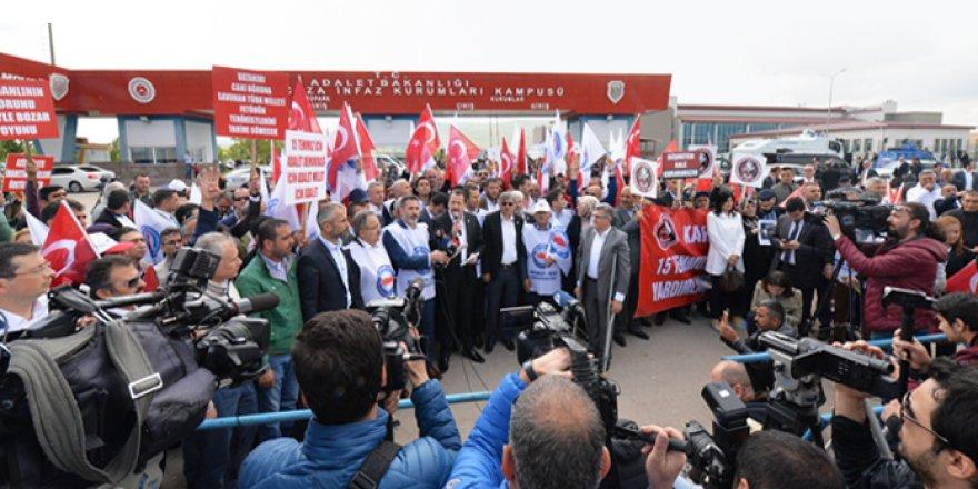 Memur-Sen, FETÖ'cü Hainleri Mahkeme Önünde Protesto Etti