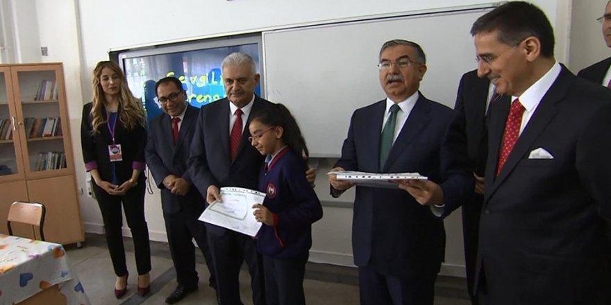 Başbakan Yıldırım öğrencilere karnelerini dağıttı