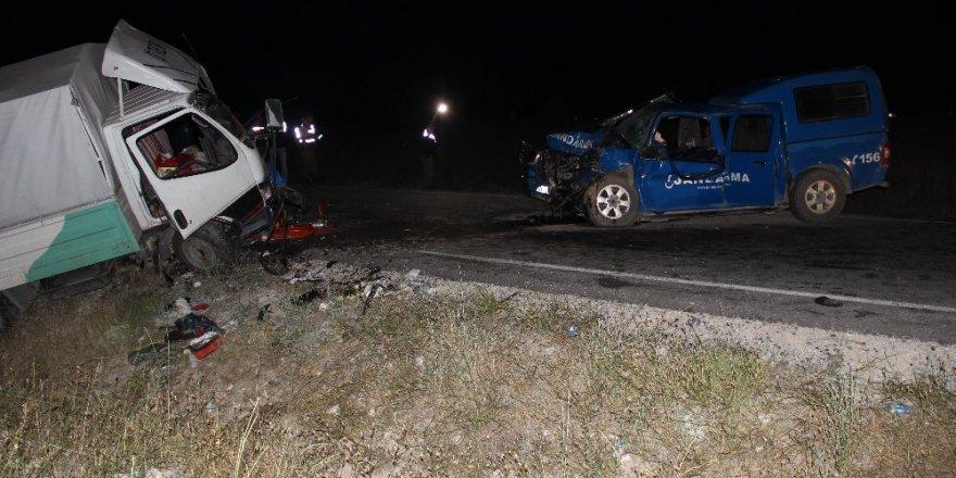 Jandarma aracı kamyonetle çarpıştı: 1 şehit, 7 yaralı