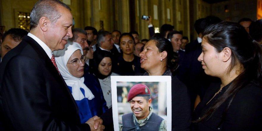 Erdoğan, Ömer Halisdemir'in eşi ve kızıyla buluştu
