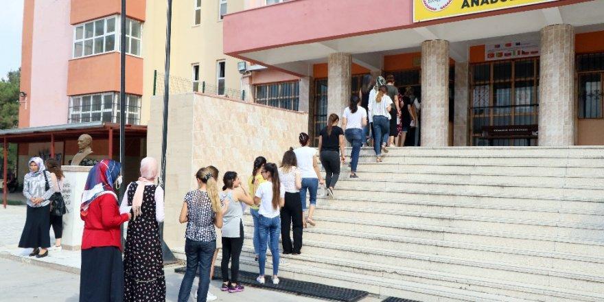 Öğretmen adayları sınava koşa koşa yetişti