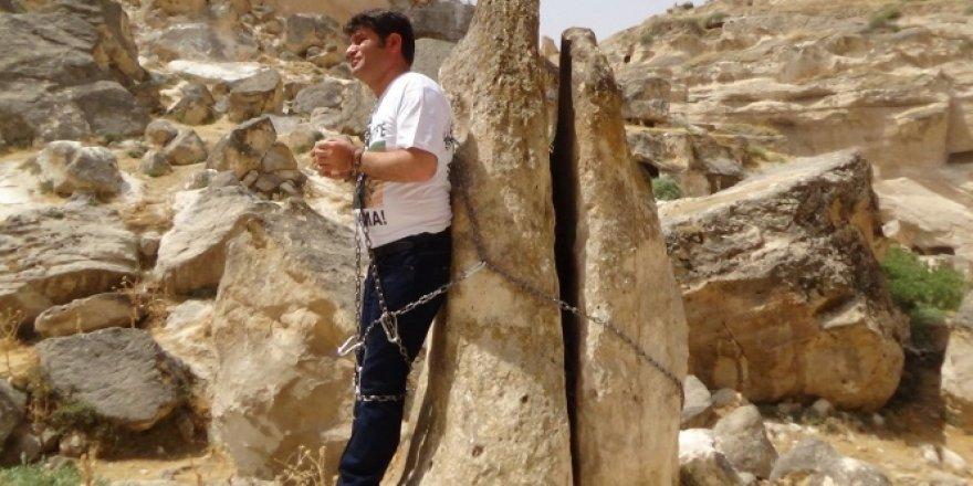 HDP'li vekil kendini kayaya zincirledi!