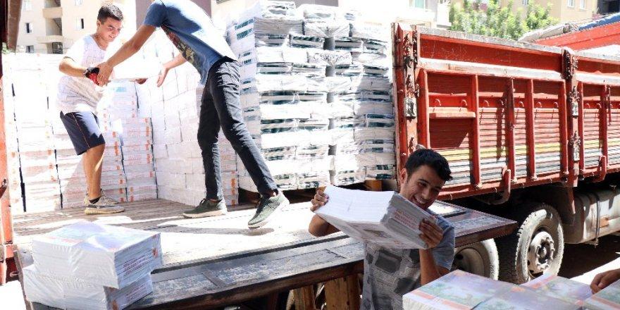 'Üniversiteli hamallar' kitap taşıyarak harçlık çıkartıyor