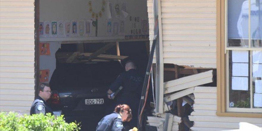 Otomobil sınıfa girdi, 2 öğrenci öldü