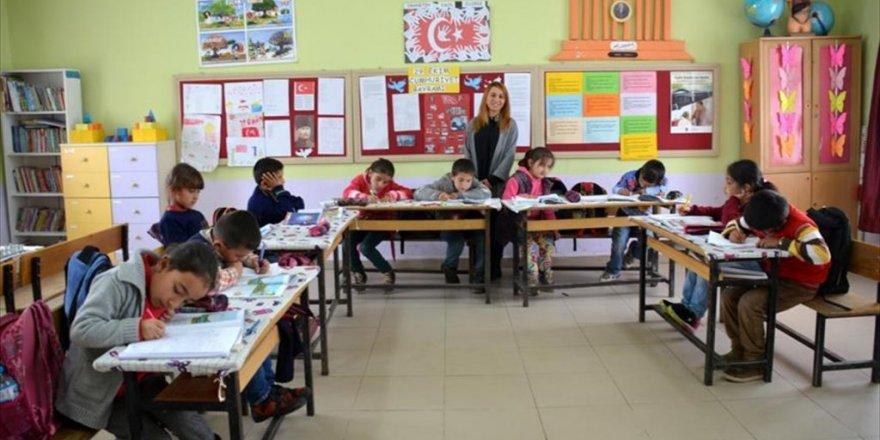 Ücra köylere atanan öğretmenler gönüllerde taht kurdu