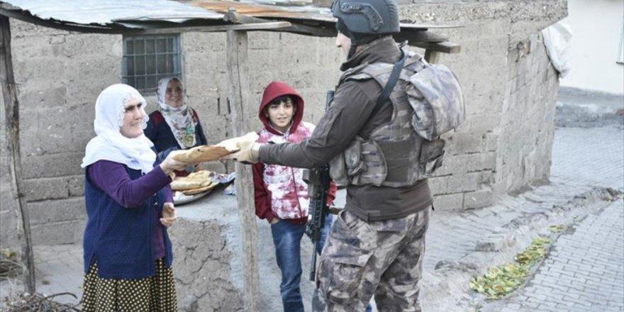 """Diyarbakırlı """"bacıların"""" polislere sıcak ekmek ikramı"""