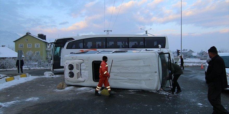 Öğrenci servisi ile yolcu otobüsü çarpıştı: 18 yaralı