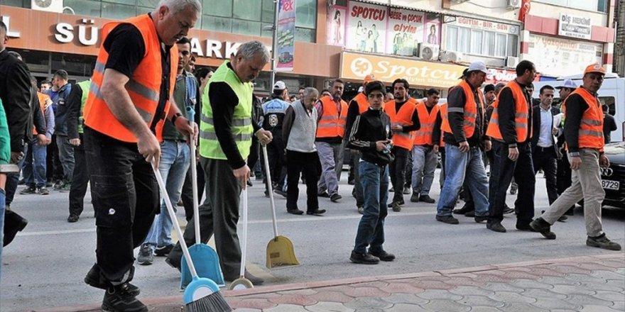 İşçiler gidince sokakları belediye başkanı temizledi