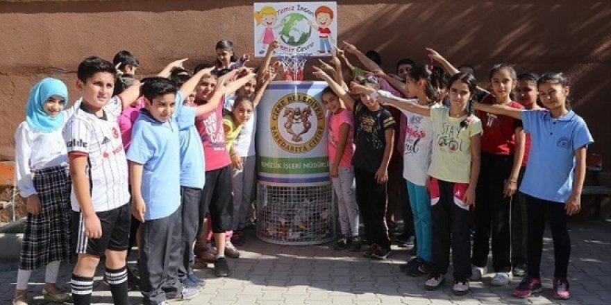 Minik öğrenciler için 'basketbol potası' şeklinde çöp kutuları