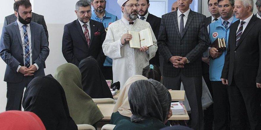 Erbaş, öğrencilere Kur'an-ı Kerim hediye etti