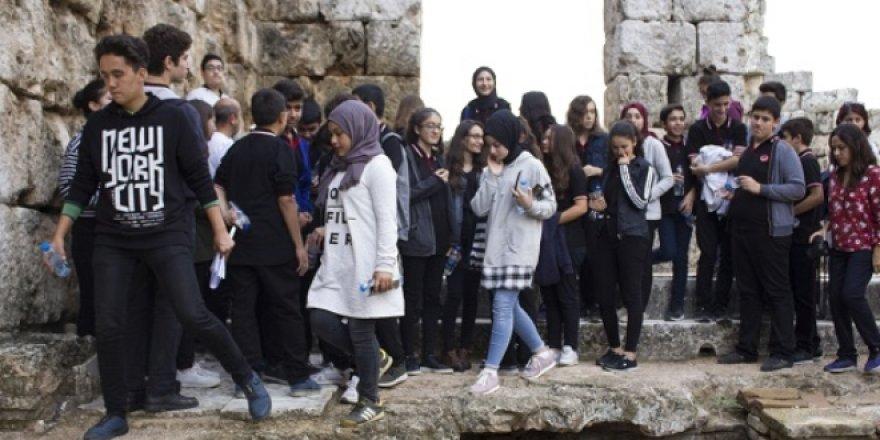Öğrenciler tarih dersini antik şehirde işliyor