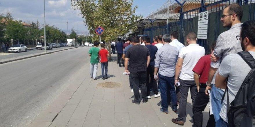 Ankara'da bedelli kuyruğu 1 km'yi buldu
