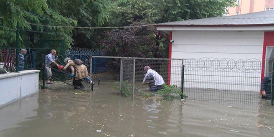 Okulu su bastı... Öğretmenleri itfaiye kurtardı