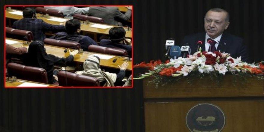 Erdoğan'ın konuşması sırasında masaya vurdular