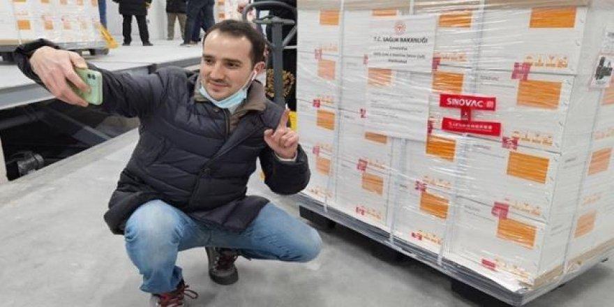 TRT muhabirinin fotoğrafı bakanı yalanladı: Aşıda aracı firma kullanıldı