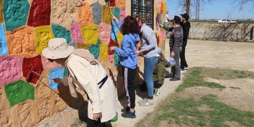 Köy okulları öğretmenler tarafından boyanarak renklendiriliyor