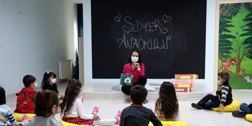 Şeyda öğretmen anaokullarını gezerek çocuklara hikayeler anlatıyor