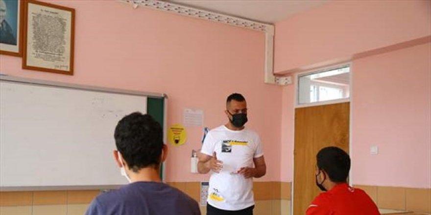 Genç yaşta kanseri yenen öğretmen öğrencilerini geleceğe hazırlıyor