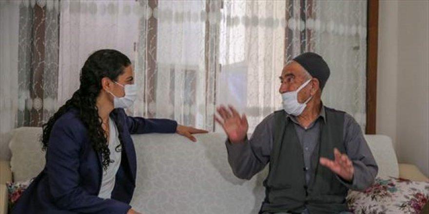 Kürtçe öğrenen Kaymakam vatandaşları aşı olmaya ikna ediyor