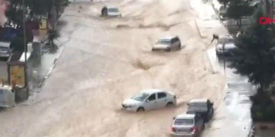 Ankara'da yoğun sağanak! Araçlar sürüklendi, caddeler su altında kaldı