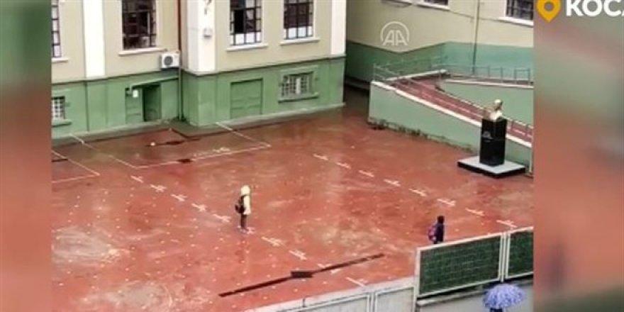 Yağmura rağmen saygı duruşuna geçip İstiklal Marşı okudular