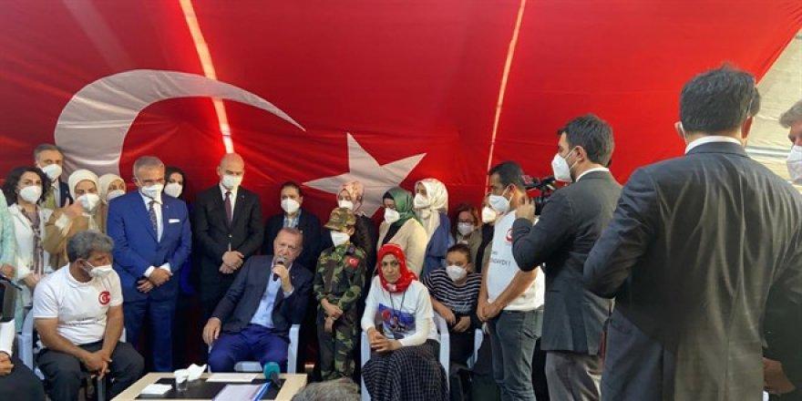 Erdoğan, Diyarbakır'da HDP önünde nöbetteki aileleri ziyaret etti