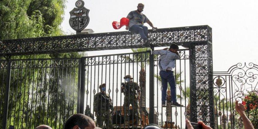 Meclis'in askıya alındığı, hükümetin düşürüldüğü Tunus'ta ne oldu?