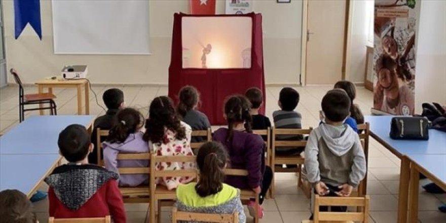 Okul müdürü Kovid-19'u öğrencilere oyun ile anlatıyor