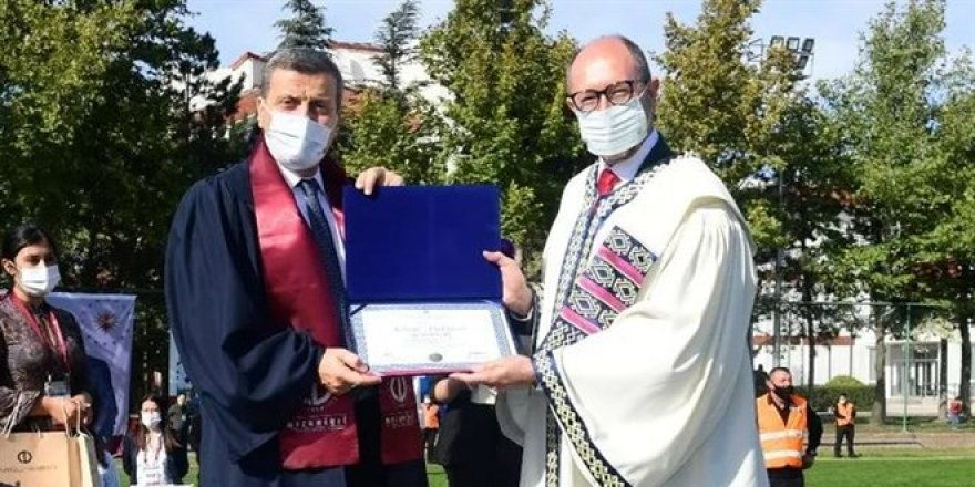 Gazi Üniversitesi Rektörü AÖF'den mezun oldu ve kep attı