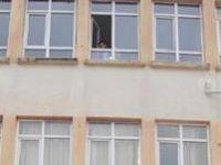 Sınıfın penceresinden atlayarak intihar etti!