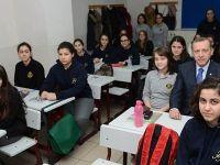 Erdoğan liseyi ziyaret etti, sınıfta ders dinledi